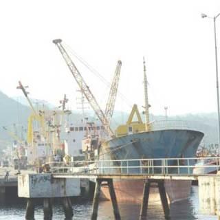 Aktivitas_bongkar_muat_kapal_di_Pelabuhan_Tanjung_Wangi_Desa_Ketapang_Kecamatan_Kalipuro