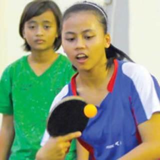 Para_atlet_tenis_meja_tengah_melakukan_pemanasan_di_aula_Tri_-Dharma_Hoo_Tong_
