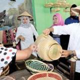 Calon-Bupati-Terpilih-Abdullah-Azwar-Anas-ber-sama-istri-saat-mengunjungi-sentra-UKM-di-Kecamatan-Rogojampi-pada-musim-kampanye-tahun-lalu.