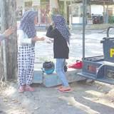 Dua-pelajar-yang-terjaring-operasi-lalu-lintas-menyempatkan-diri-berpose-di-Kecamatan-Gambiran-Rabu-lalu