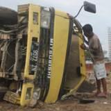 Kondisi-truk-yang-disopiri-Mutholib-terguling-di-lokasi-proyek-Pelabuhan-Pancer,-Kecamatan-Pesanggaran,-Banyuwangi,kemarin