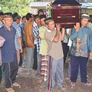 Peti-jenazah-Winoto-Dwi-Cahyono,-36,-diangkat-untuk-diberangkatkan-menuju-pemakaman-umum,-kemarin