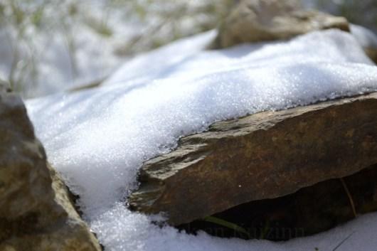 """Photo d'une pierre recouverte de neige pour le theme 6 """"briller"""" du projet 52 vivre la photo"""
