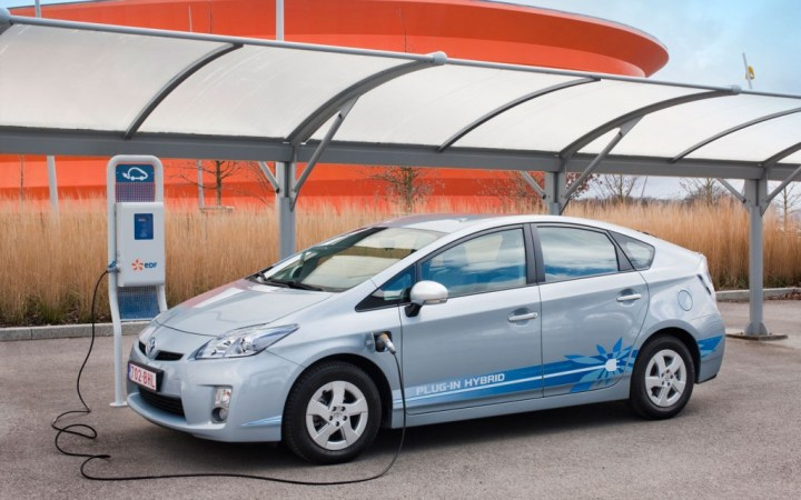 toyota-prius-plug-in-hybrid-charging-station-1024x640