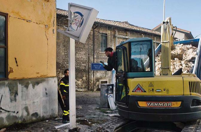 L'Aquila, ore 12.50 Vigili del fuoco lavorano alla rimozione di alcune macerie in via Roio, una delle aree più colpite dal sisma del 2009 nel centro storico. Foto Massimo Mastrorillo