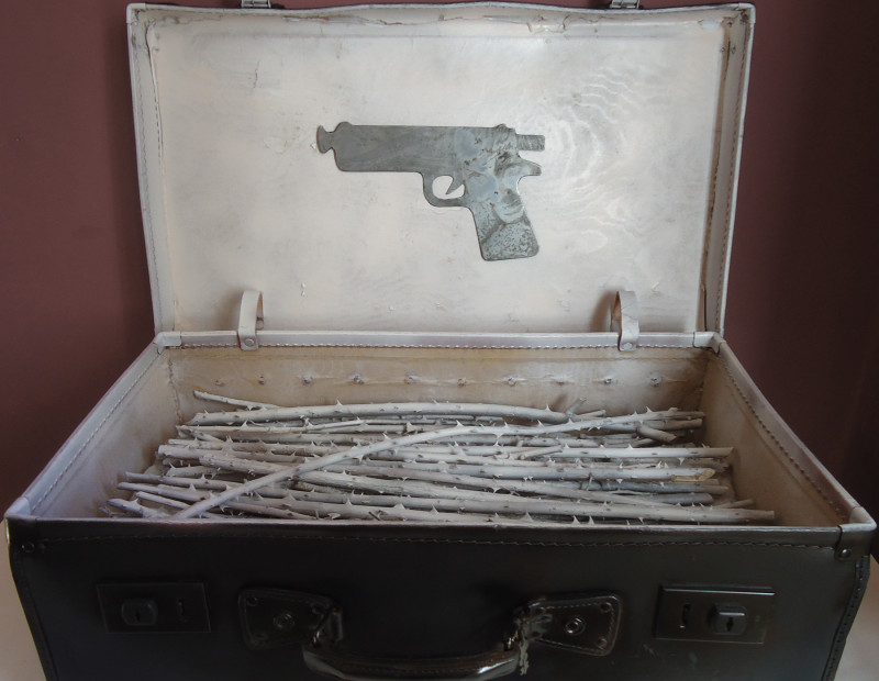 Dellaclà, La felicità degli amanti,  valigia zinco ovatta inchiostro rovi acrilico, 50x60x36 cm, 2013