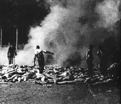"""Sonderkommando, una delle pochissime foto scattate nei lager dagli stessi prigionieri. cfr """"Immagini malgrado tutto"""" di Georges Didi Huberman"""