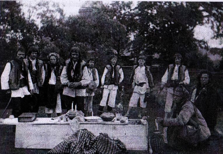 banchetto sopra la bara al cimitero, voivodato di Huculszcyzna, anni Venti del XX secolo, via dziady di piotr grochowski, edizioni paralele-2