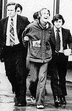 Leary viene arrestato dagli agenti Don Strange (a destra) e Howard Safir (a sinistra) della DEA nel 1972