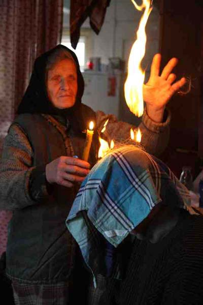 Szeptucha (whisperer) during a healing rite, Poland. Fot. Anna Musiałówna [source].