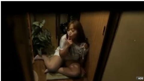 (巨にゅうのおなにームービー)[ロケット乳]なぜか玄関でおなにータイム☆美巨乳お乳ヒトヅマムービーです。