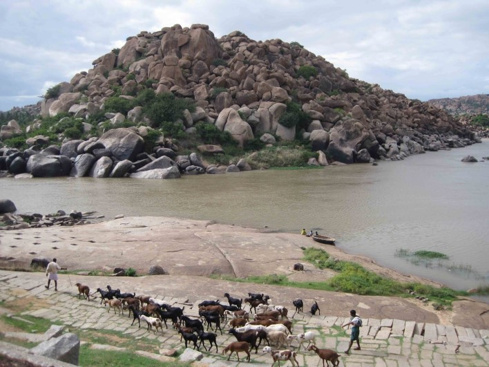 Chakratirtha, Hampi. Source Ghumakkad