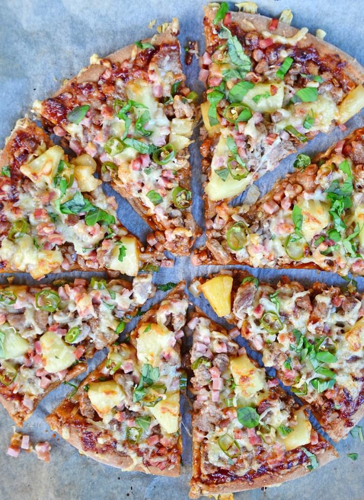 BBQ-pizza med svinestrimler, bacon  og ananas