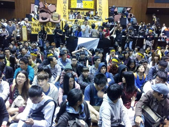 Inside the parliament before the police's first attempt to enter (Photo by 許文輔)