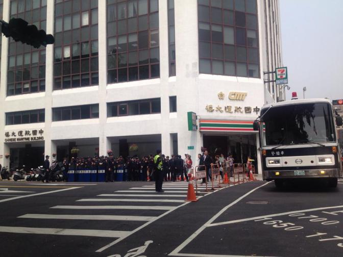 Buses carrying police officers arrive on scene (Photo by Felicia Lin)