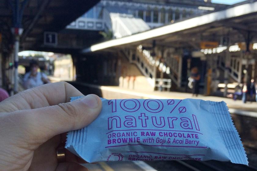 El primer shock fues esta barrita energética raw tipo brownie que, junto con otras también raw, vendían en el café de la estación al lado de mi antiguo hogar.
