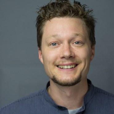 Jan Fischer ist Diplom-Musiktherapeut und approbierter Kinder- & Jugendlichenpsychotherapeut