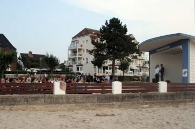 Der Blick vom Strand auf die Bühne (Foto: C.Koch)