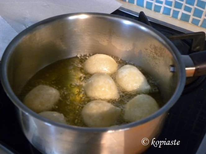 Frying loukoumades