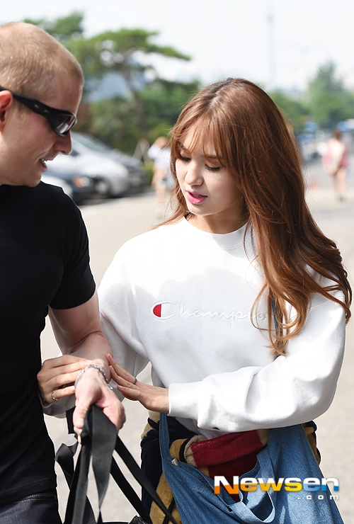 Image: Father-daughter Matthew Douma and Jeon Somi walking to Satisfied Together 3 recording / Newsen