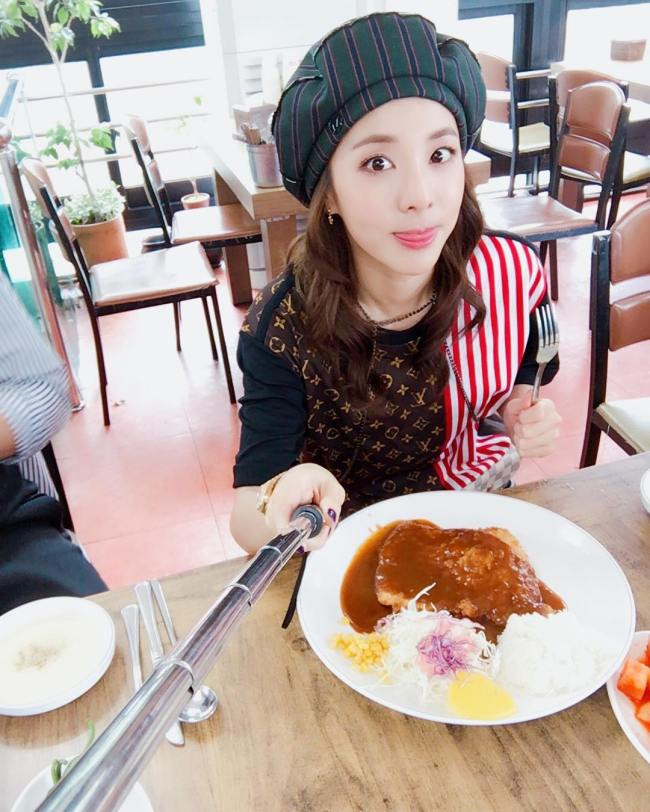 Image: Taking section in close to lunch on her Date with fans / @daraxxi