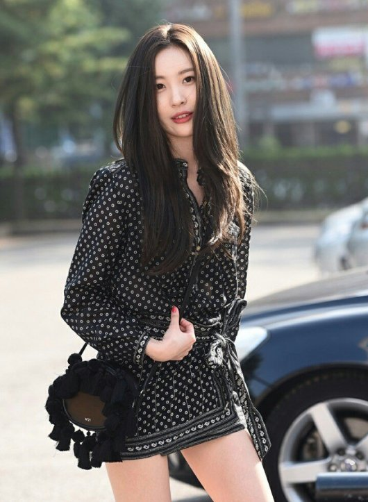 Image: Taking a lookstunning as Sunmi walks across the lot to headthroughout the KBS building