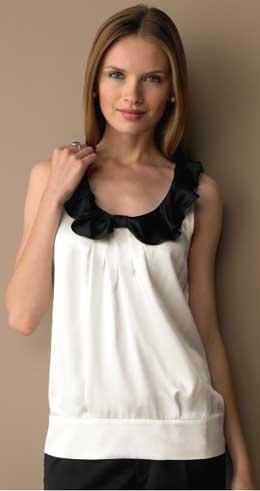Простая белая блузка в серую полоску