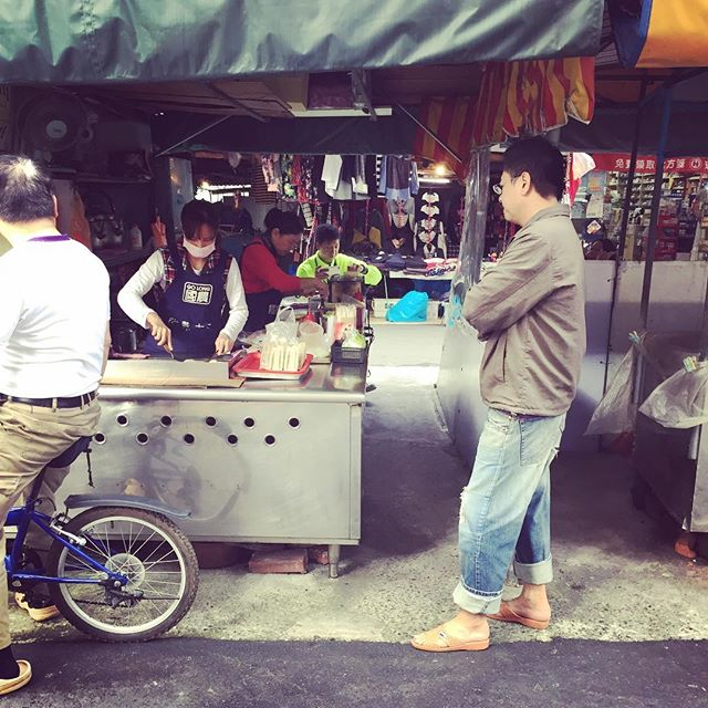 First stop in Taipei: street market sandwich and breakfast crêpe #taipei #danbing #woxihuan