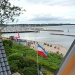 Durch die großen Dachfenster schauen Sie über den Olympia-Yachthafen bis zum Fischerort Strande.