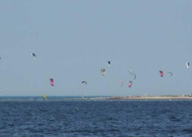 Vom Haus aus blicken Sie auf einen bekannten Kite-Surfer-Spot auf der anderen Küstenseite