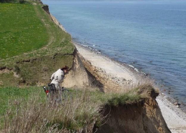 Ein kleiner Trampelpfad verläuft entlang der Abrisskante der Steilküste - ein abenteuerlicher Spaziergang
