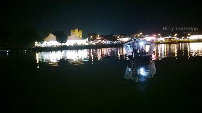 sampan seberang sungai di Kuching