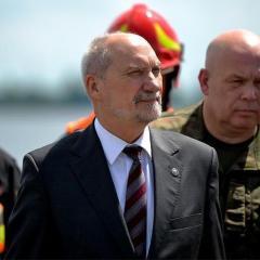 Minister Antoni Macierewicz obserwował manewry nad Zalewem