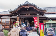 The main hall of Sokujo-in Temple (即宗院), a long line of people are lining up to pray here.