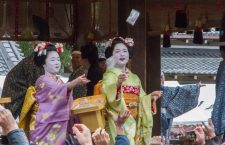 Maiko of the Pontochō kabu-kai (先斗町歌舞会) trowing mamemaki (豆撒き) beans at the annual setsubun matsuri of Yasaka shrine in Kyoto.