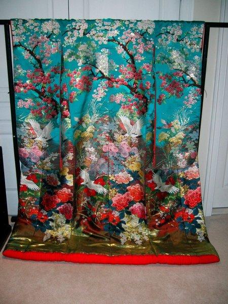Wedding_Kimono_Motif_of_Cherry_Blossom_Sakura_Branches