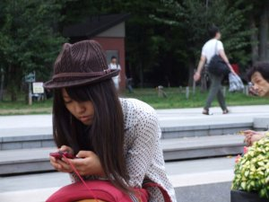 a_girl_using_her_smartphone_japan