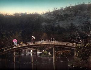 geisha_crossing_the_old_arch_bridge_japan