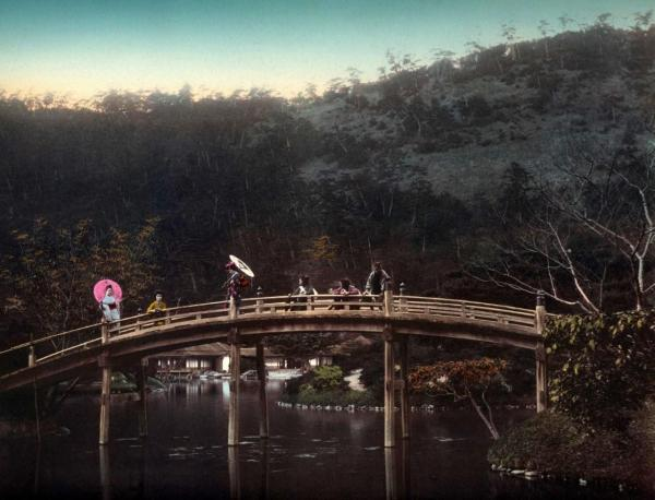 geisha_crossing_the_old_arch_bridge_japan