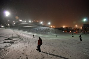 night_skiing_at_niseko_grand_hirafu
