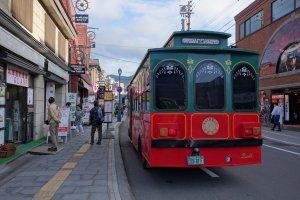 otaru_strollers_bus_near_glass_shops
