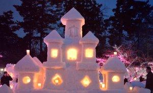 snow_sculptures_at_hirosaki_castle_snow_lantern_festival