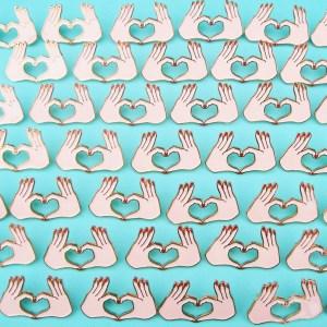 coucou-suzette-pins-patches-badge-coeur-avec-les-doigts