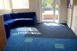 Koulu_burmatex_lateral-carpet-tiles-bevendean-02-1200x795_laattasuora_textiilipalamatto_textiilimatto_palamatto