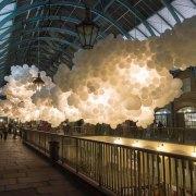 100 000 ballons dans un marché de Londres