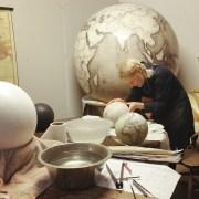 Un des derniers endroits où l'on fabrique des globes à la main
