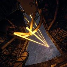 Quatre lasers sur un télescope pour fabriquer des fausses étoiles dans l'atmosphère