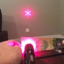 Un pointeur laser et un bout de plastique pour des projections