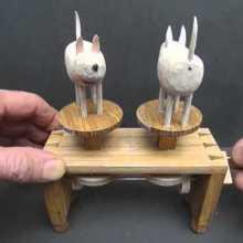 Des sculptures mécaniques amusantes et poétiques à manivelles