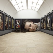 Des têtes dans des galeries d'art
